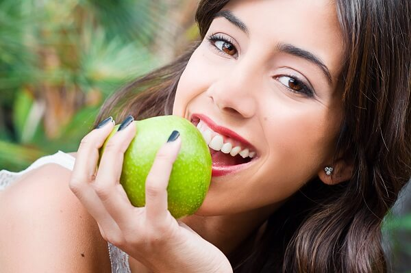 מה מותר לאכול אחרי השתלת שיניים?